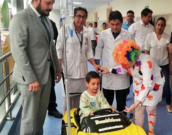 """Niños """"conducen"""" hacia sus cirugías en el Hospital Verdi Cevallos"""